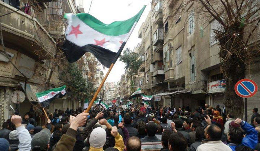 LES USA GARDENT UN OEIL SUR LA SYRIE ET TISSENT LEUR TOILE DANS LE GOLFE (M.K BHADRAKUMAR) dans REFLEXIONS PERSONNELLES Manifestations-Syrie-banlieue-de-Homs