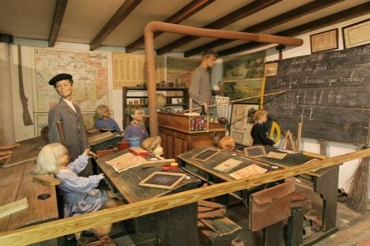UNE ENSEIGNANTE SE PEND DANS SA CLASSE... dans REFLEXIONS PERSONNELLES une-salle-de-classe