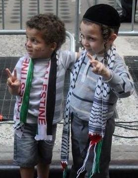 Deux enfants Un d'ISRAËL l'autre de PALESTINE