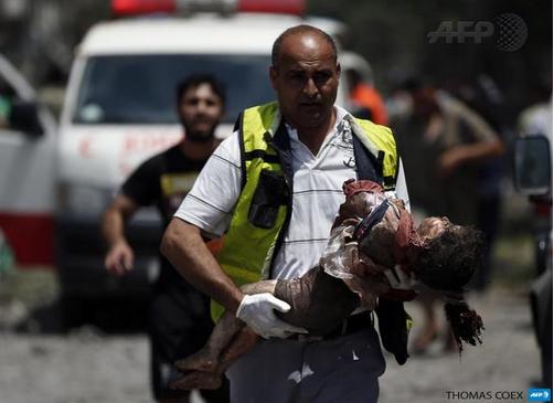 Enfant porté par secours GAZA