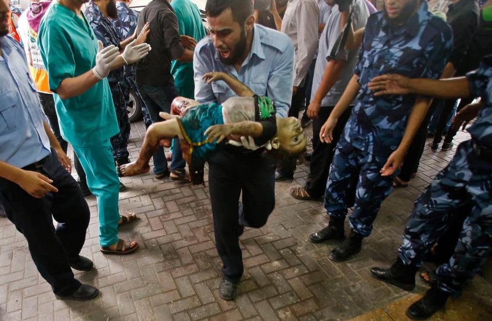 GAZA Enfant gravement blessé porté par des secouristes