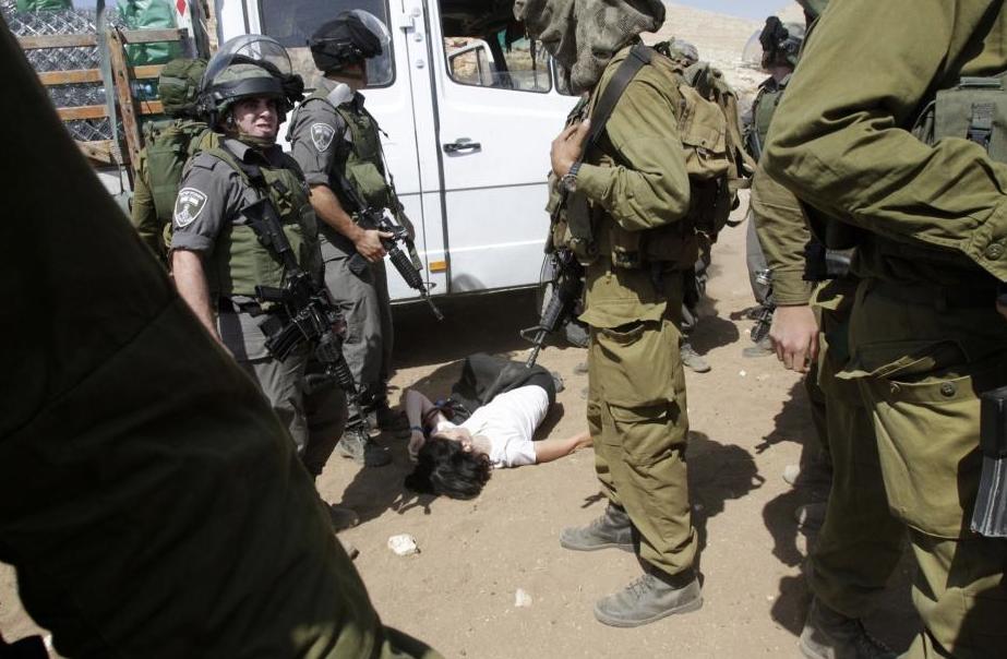 Image ordinaire des soldats israéliens dans les rues de GAZA