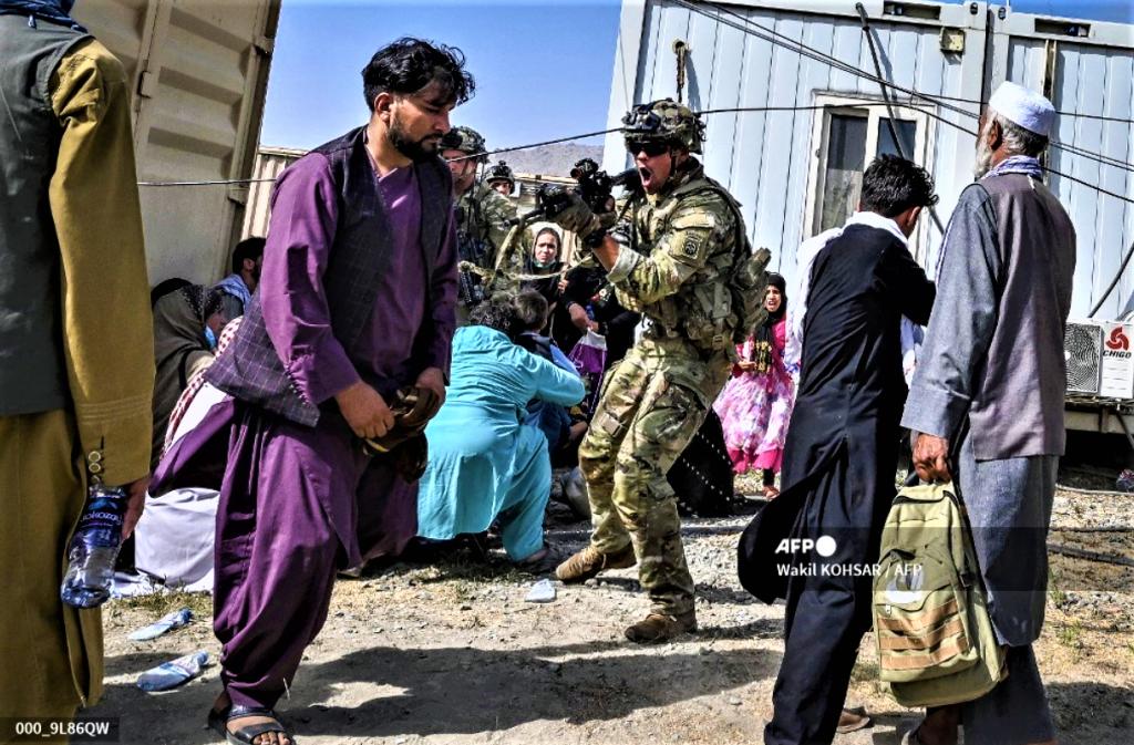 Evacuation terrible Kaboul Soldat américain et Afghans 16 août 2021 Photo AFP