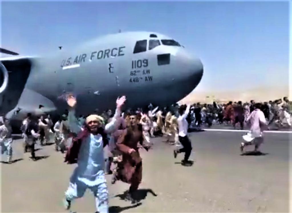 Panique des Afghans sur l'aéroport de KABOUL le 16 août 2021