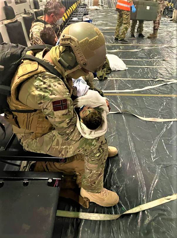 Soldat et bébé en AFGHANISTAN 21 août 2021