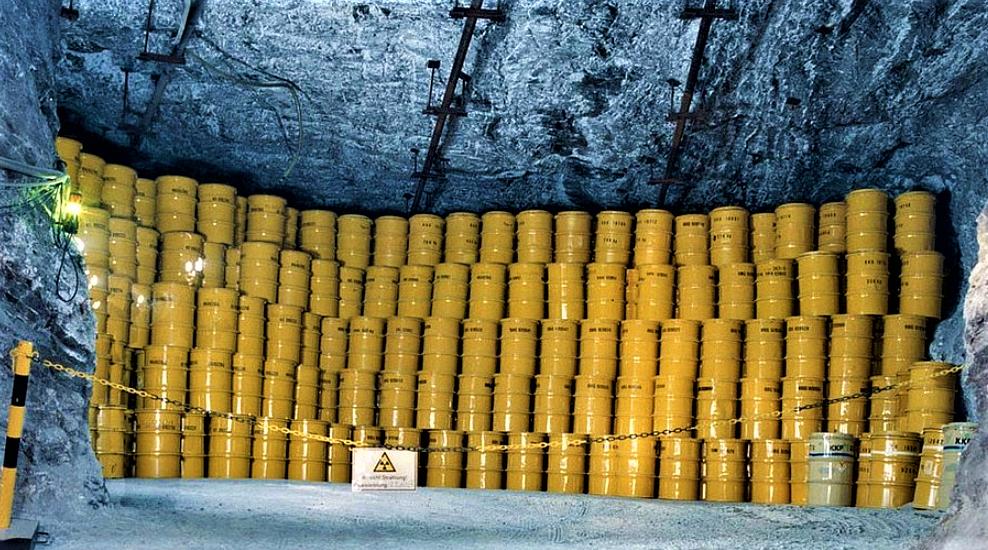 Fûts de déchets nucléaires dans des galeries