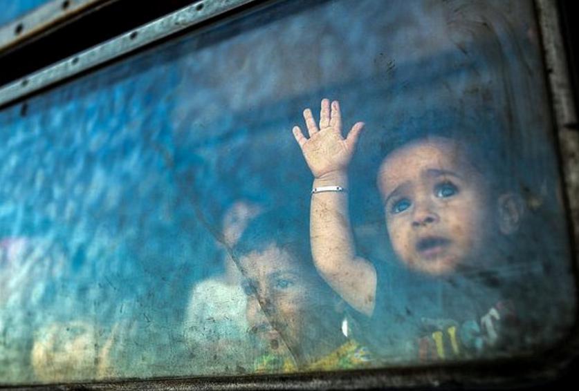 Enfants derrière des vitres d'autobus