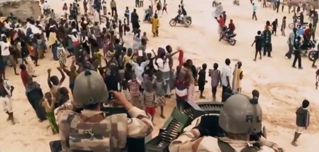 L'armée française dans la foule au MALI